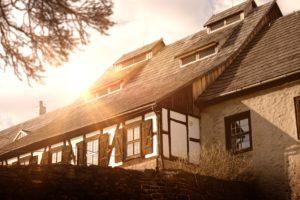 Sonnenstrahlen scheinen auf ein Haus im Altbaustil