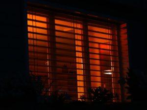 rotes Licht hinter Außenrollos