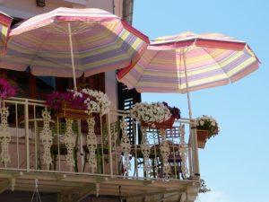 Sonnenschirm auf dem Balkon